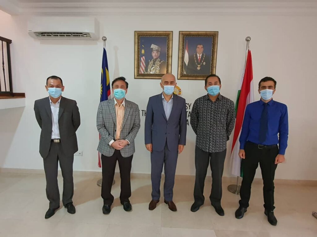 The sides removed their facemasks during the photo session